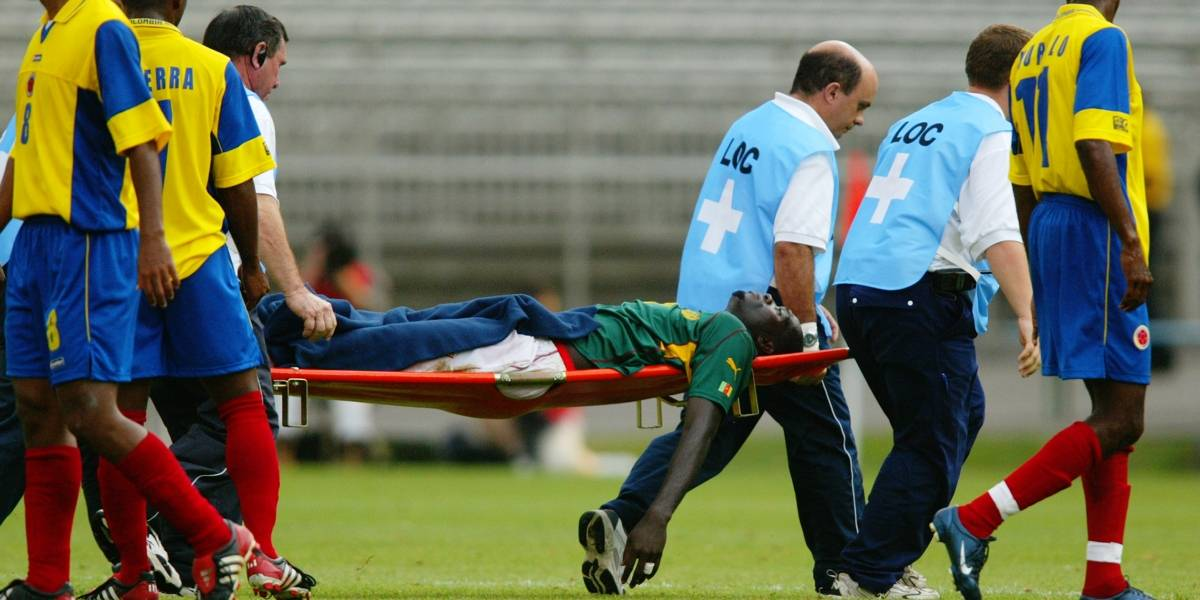 Marc-Vivien Foé, mediocampista del equipo de fútbol de Camerún, es uno de los nombres que engrosan la lista de atletas que han fallecido a causa de muerte súbita en pleno partido. El camerunés se desplomó en el terreno el 26 de junio de 2003, durante la semifinal de la Copa Confederaciones en el minuto 72 contra Colombia.