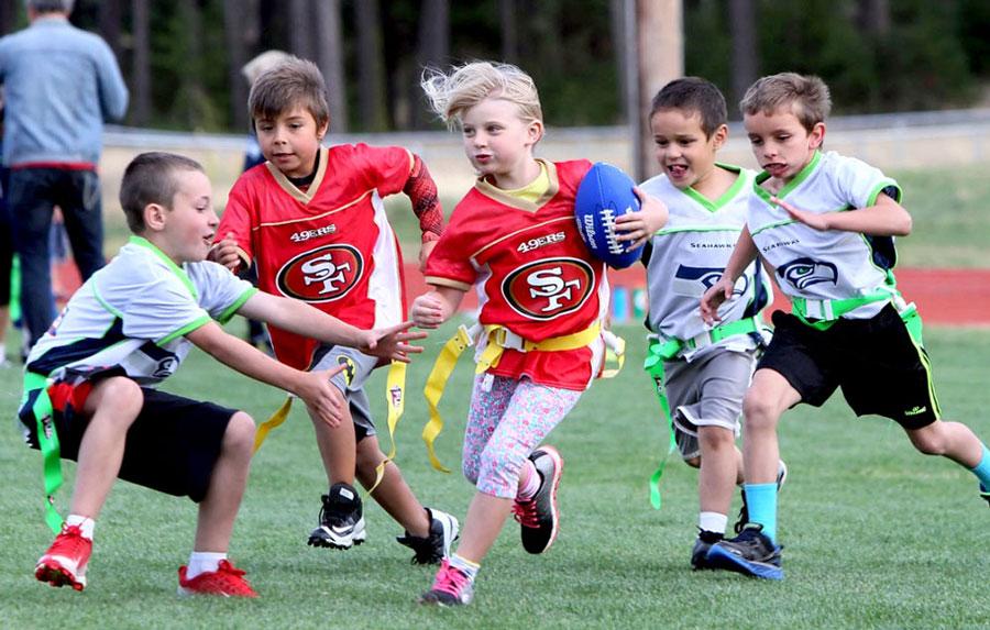 Niños jugando flag football