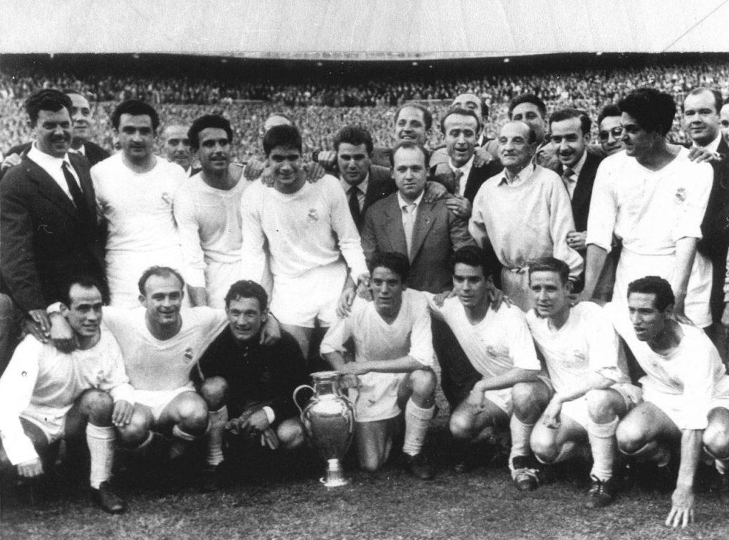 El equipo del Real Madrid en los años 50, con Di Stefano como una de sus figuras principales (Di Stefano en la fina inferior, segundo de izquierda a derecha)