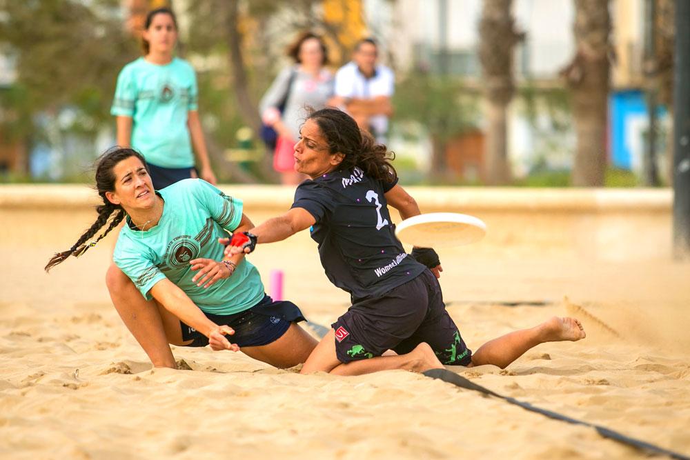El beach ultimate, jugado en la playa con cinco integrantes, es una de las tres modalidades que existen del ultimate.
