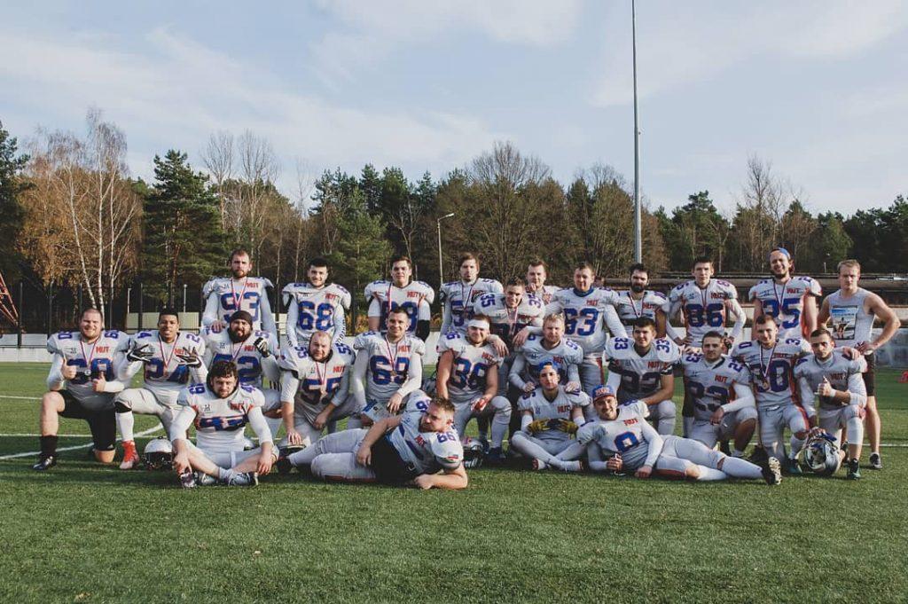 Edson (segundo de izquierda a derecha) junto al resto del equipo.