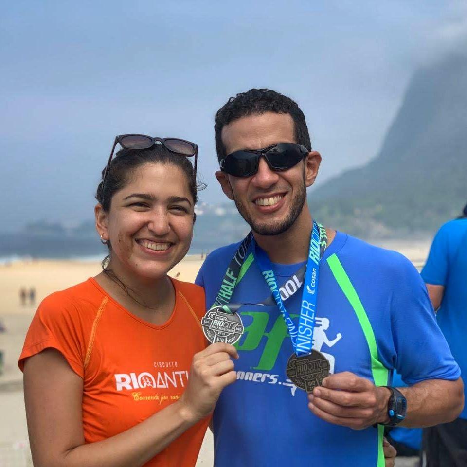 Javier junto a su esposa Ivette Céspedes, quién en muchas ocasiones le hace compañía durante las carreras para darle apoyo.