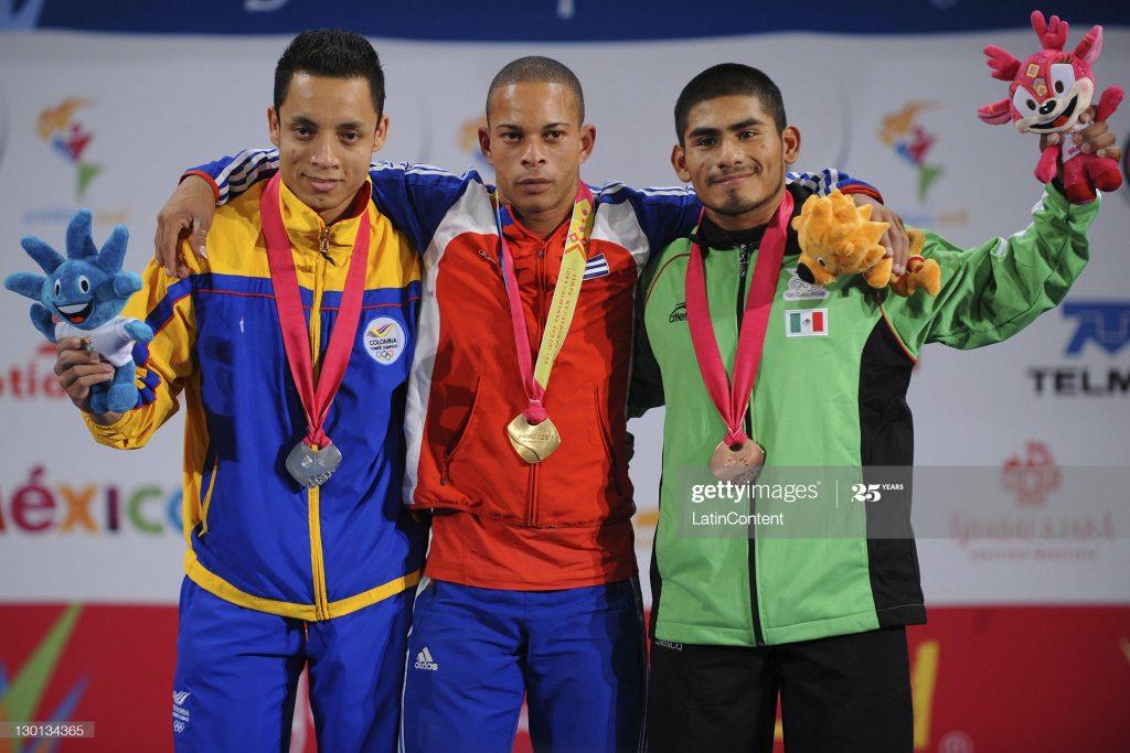 Sergio Álvarez junto a Sergio Rada de Colombia (medalla de plata) y José Lino Montes de México (medalla de bronce) durante la premiación de los XVI Juegos Panamericanos, México 2011.