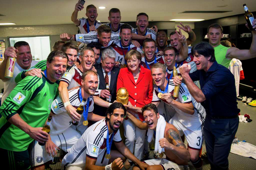 Merkel celebra junto a la selección el triunfo en el Mundial de 2014